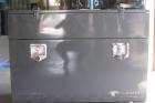 cassone porta attrezzi in ferro verniciato con apertura superiore e frontale e maniglie incassate